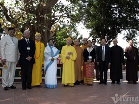 Tổng thống Ấn Độ Pratibha Patil thăm và chụp ảnh dưới gốc cây Bồ Đề